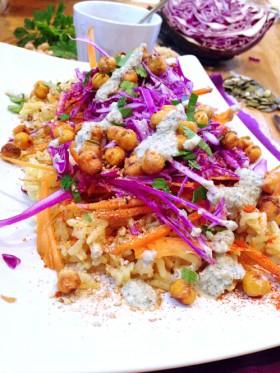 Assiette polychrome - Riz pois chiche carottes chou rouge - sauce graines de courge