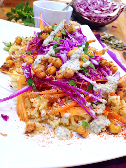 Assiette polychrome riz pois chiche carottes chou rouge - sauce graines de courge