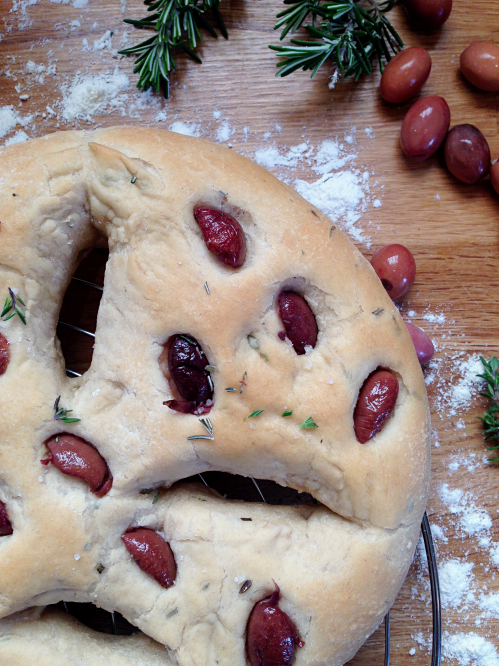 Fougasse aux olives thym et romarin vegan