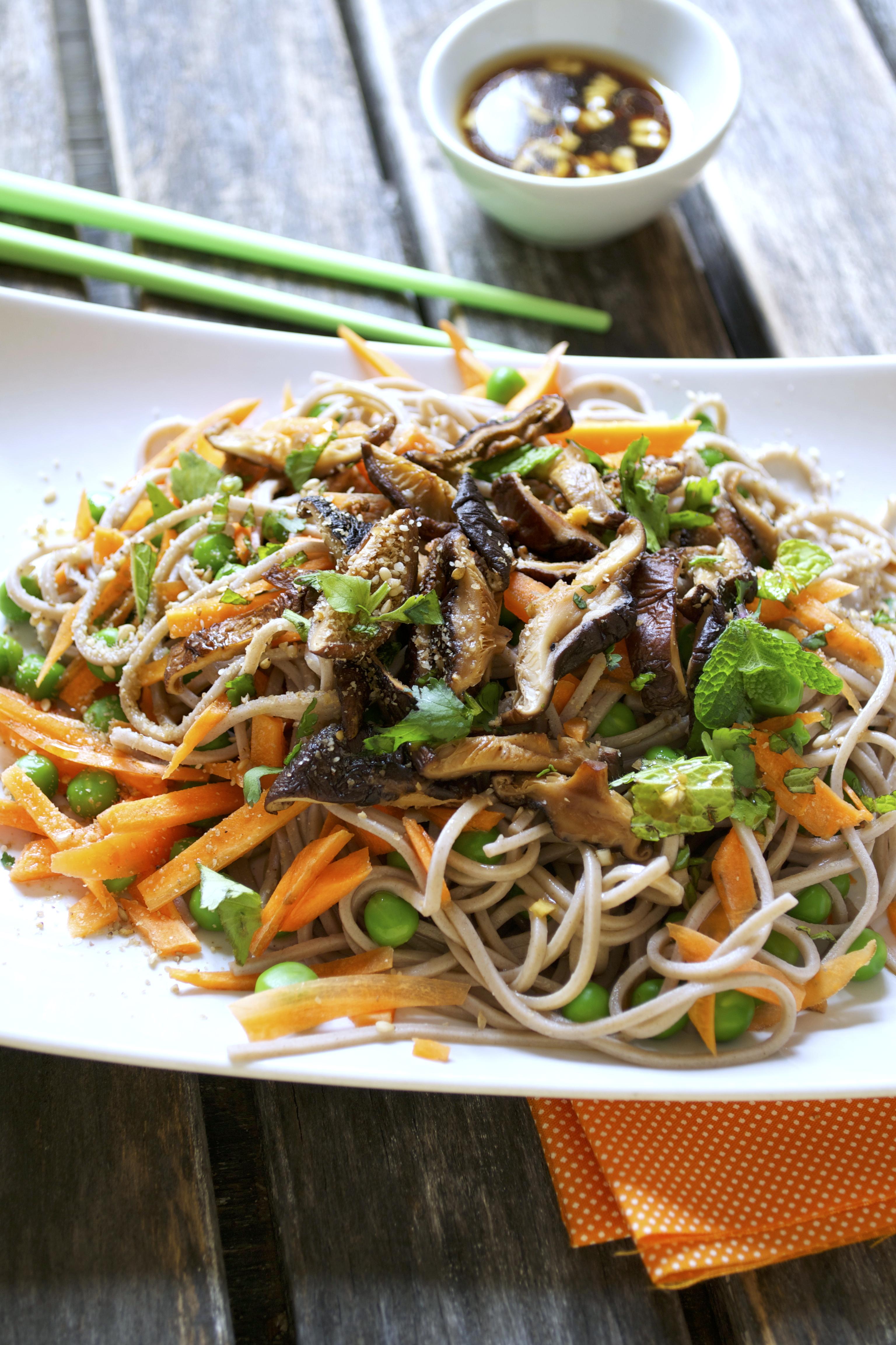 Salade de nouilles soba aux shiitakés vegan végétalien