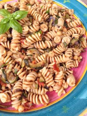 Salade de pâtes aux légumes grillés vegan végétalien